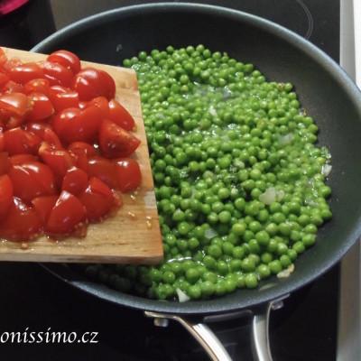 Paccheri s hráškem a rajčaty