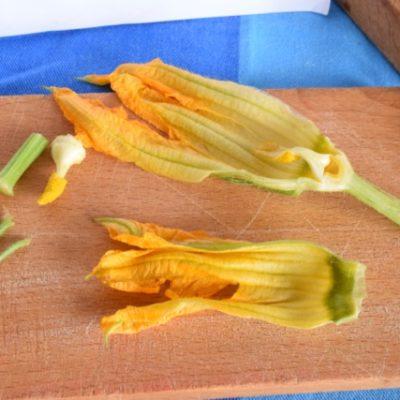 Dýňové květy s mozzarellou a ančovičkami