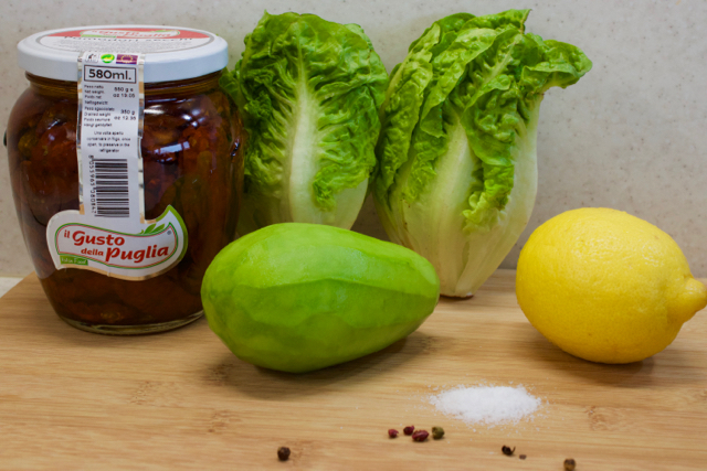 Salát se sušenými rajčaty, avokádem a ořechy